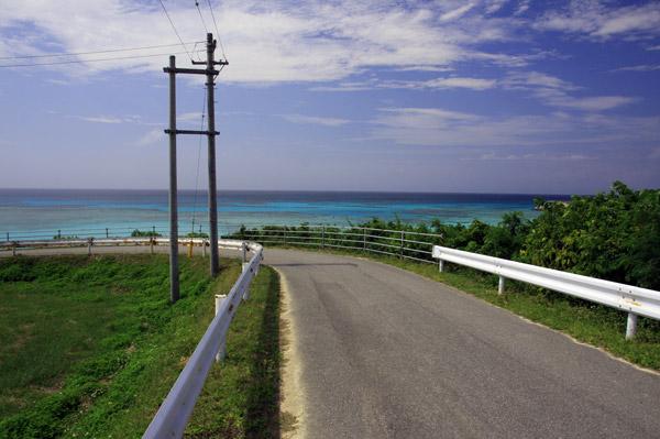 ニシ浜へ下る坂道